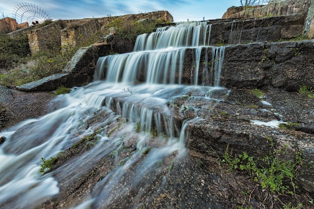 Chute d'eau dans le barrage d'un marais, zone naturelle de los barruecos,