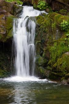 Chute d'eau dans les carpates