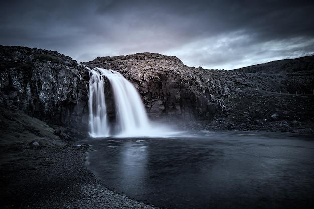 Chute d'eau dans les fjords de l'ouest