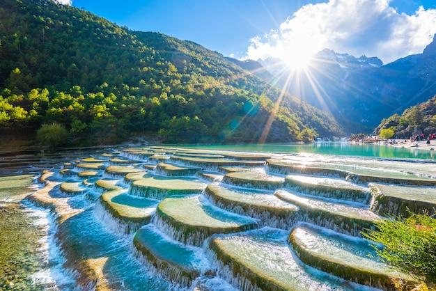 Chute d'eau dans la forêt de montagne