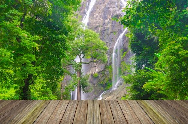 Chute d'eau dans la forêt profonde de l'asie et jetée de bois
