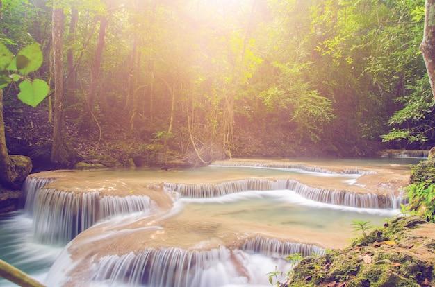 Chute d'eau dans la forêt profonde, fond de la thaïlande
