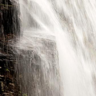 Chute d'eau dans une forêt, steinsdalsfossen, norheimsund, hardangervidda, hardanger, norvège
