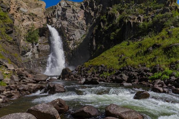 Chute d'eau dans les montagnes de l'altay. beau paysage naturel. distination touristique populaire.