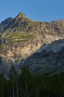 Chute d'eau dans les montagnes du caucase