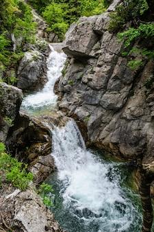 Chute d'eau dans les montagnes de l'olympe, grèce