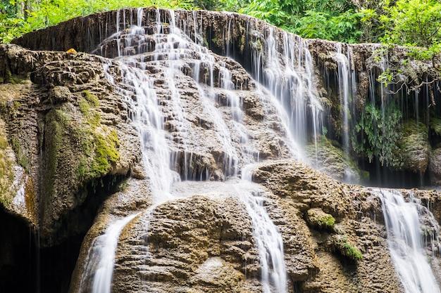 Chute d'eau douce scénique naturelle