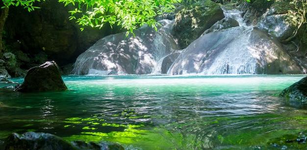 Chute d'eau d'erawan dans le parc national d'erawan, kanchanaburi, thaïlande. cascades dans de belles forêts tropicales.