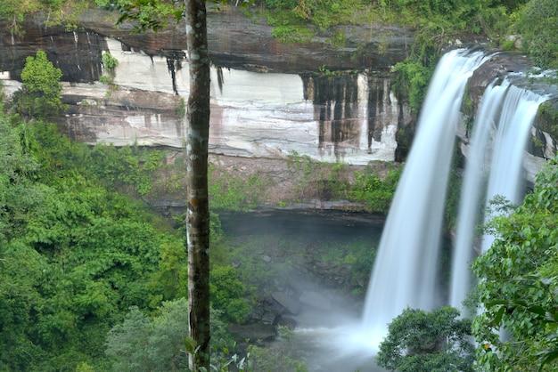Chute d'eau de huai luang dans le parc national de phu chong – na yoi