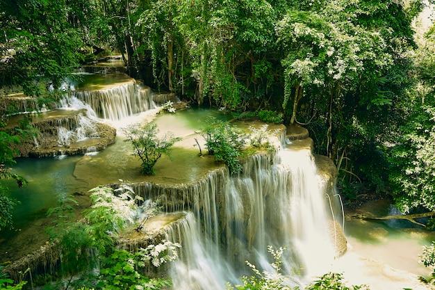 Chute d'eau de huai mae khamin en thaïlande