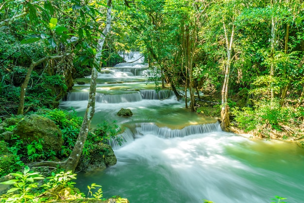 Chute d'eau de huay mae kamin à kanchanaburi en thaïlande