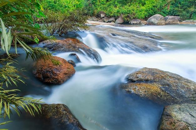 Chute d'eau de nang rong dans la province de nakorn nayok, thaïlande