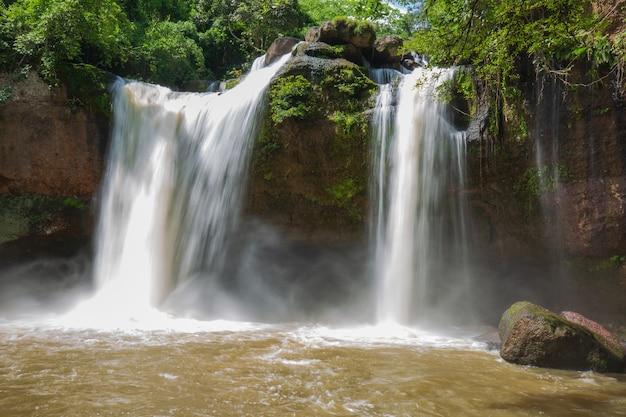 Chute d'eau à la nature de la thaïlande