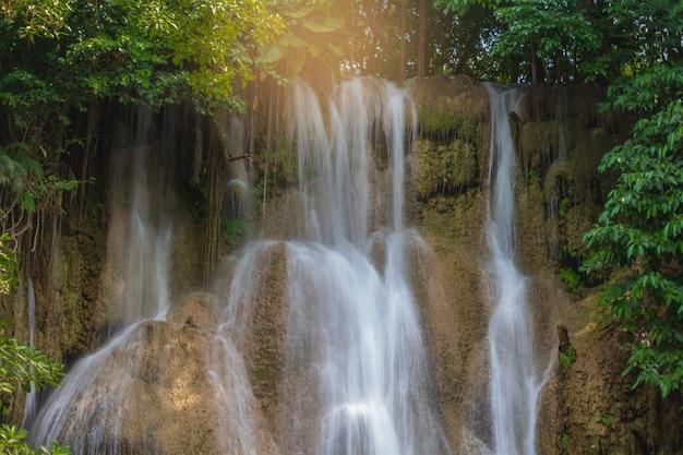 Chute d'eau de sai yok dans la forêt de kanchanaburi, en thaïlande.