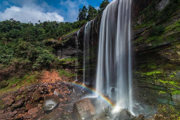 Chute d'eau de tad-loei-nga. belle cascade dans la province de loei, thaïlande.