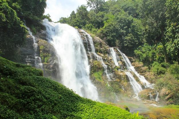 Chute d'eau de wachirathan au parc national de doi inthanon, chiang mai, thaïlande.
