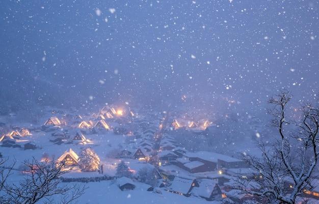Chute de neige éclairée à shirakawago