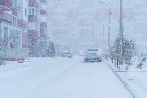 Une chute de neige massive à l'extérieur pendant la saison hivernale
