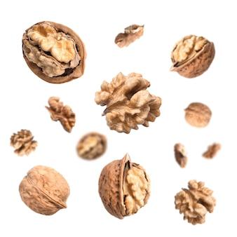 Chute de noix isolé sur une surface blanche
