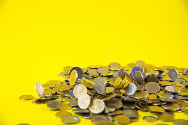 Chute de pièces d'argent sur jaune