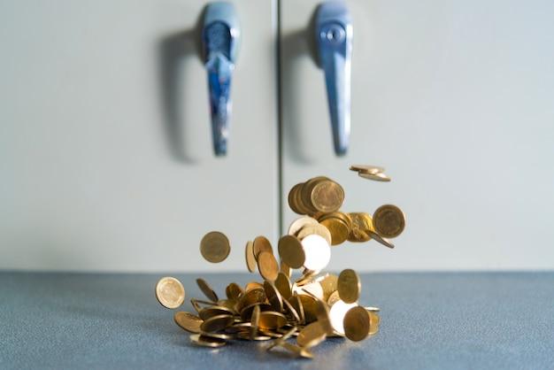 Chute de pièces d'or en argent sur la table de bureau