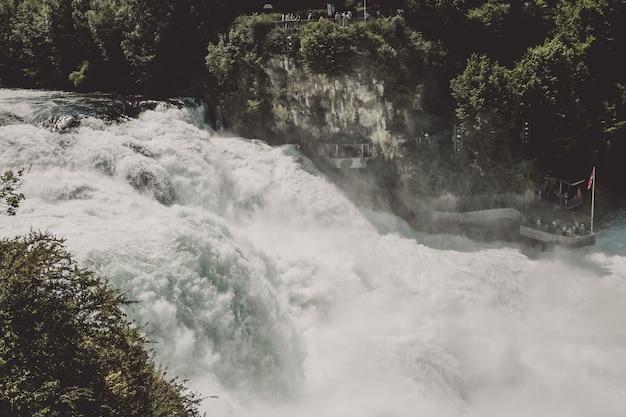 Les chutes du rhin sont la plus grande cascade d'europe à schaffhouse, en suisse. journée d'été avec soleil. vue depuis le rocher