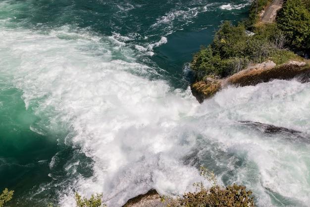 Les chutes du rhin sont la plus grande cascade d'europe à schaffhouse, en suisse. paysage d'été, temps ensoleillé, ciel bleu et journée ensoleillée