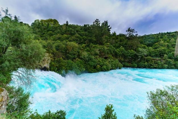 Les chutes de huka sont les plus grandes, rapides et puissantes cascades de la rivière waikato, situées dans le parc wairakei de taupo, île du nord de la nouvelle-zélande.