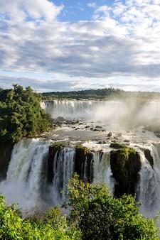 Chutes d'iguazu dans le parc national, brésil cascade belle vue