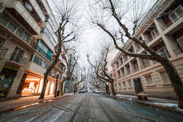 Chutes de neige dans la petite ville espagnole de denia en hiver