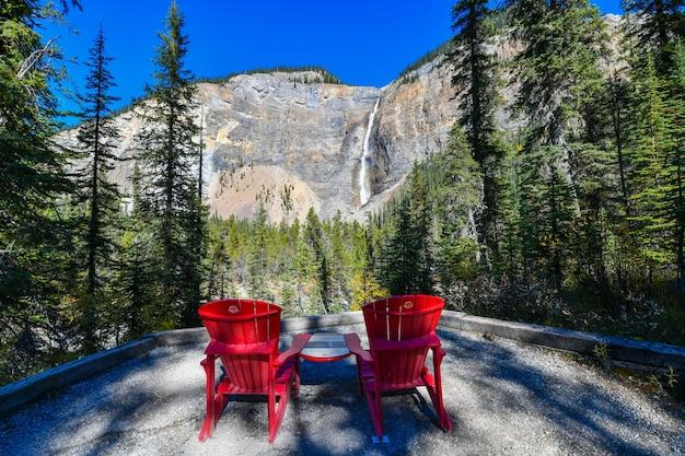Les chutes takakkaw sont la deuxième plus haute chute d'eau de l'ouest du canada parc national yoho canada