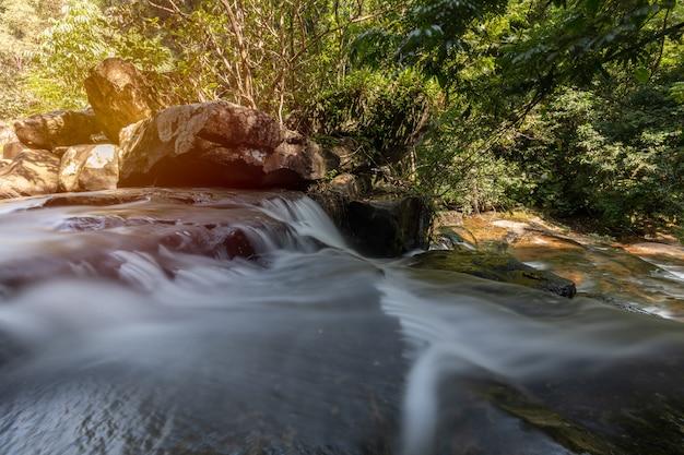 Chutes de wang nam khiao dans la forêt profonde sur koh kood, trat, thaïlande
