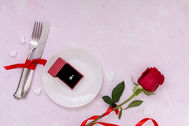 Ci-dessus arrangement de fleurs et fond rose