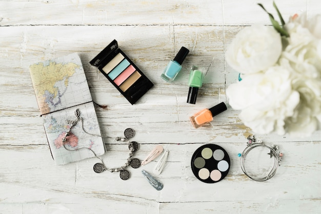 De ci-dessus cahier près de produits cosmétiques et de fleurs