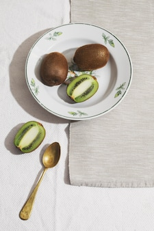 Ci-dessus, délicieux kiwi sur assiette