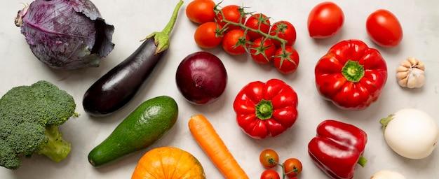 Ci-dessus, différents arrangements de légumes