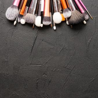 De ci-dessus pinceaux de maquillage sur fond noir