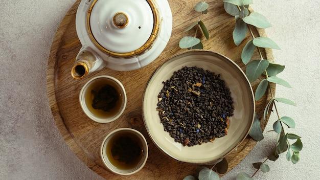 Ci-dessus, thé chaud et arrangement d'herbes