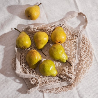 Ci-dessus vue poires sur arrangement de sac en filet