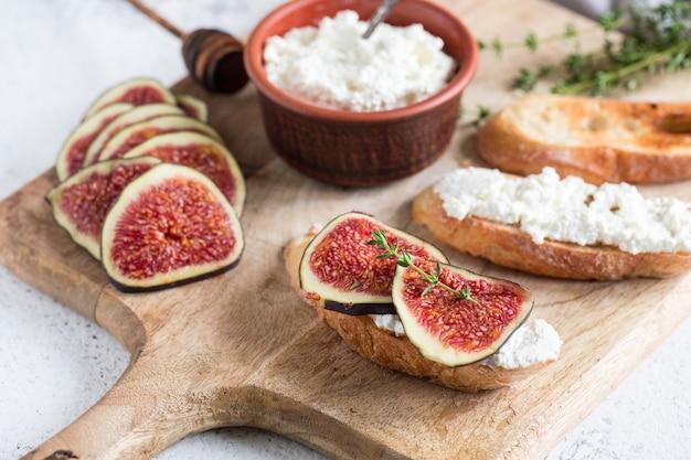 Ciabatta ou bruschetta au fromage cottage, figues et miel. sandwich aux figues