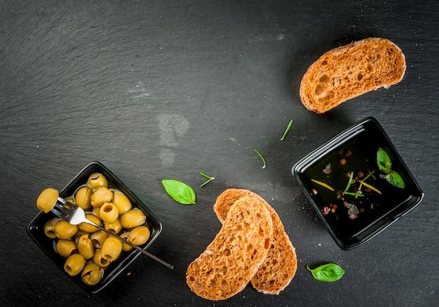 Ciabatta italienne à l'huile, aux olives et aux légumes verts