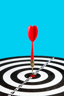 Cible avec une flèche au centre. atteindre la cible.