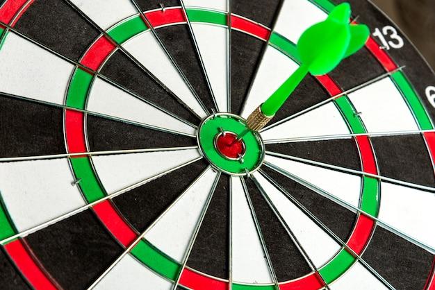 Cible avec une flèche verte au centre. atteindre la cible