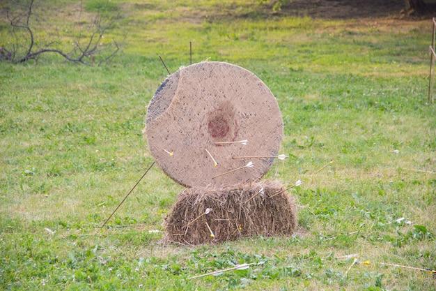 Une cible de paille pour le tir à l'arc, qui se trouve dans une ancienne grange en bois,