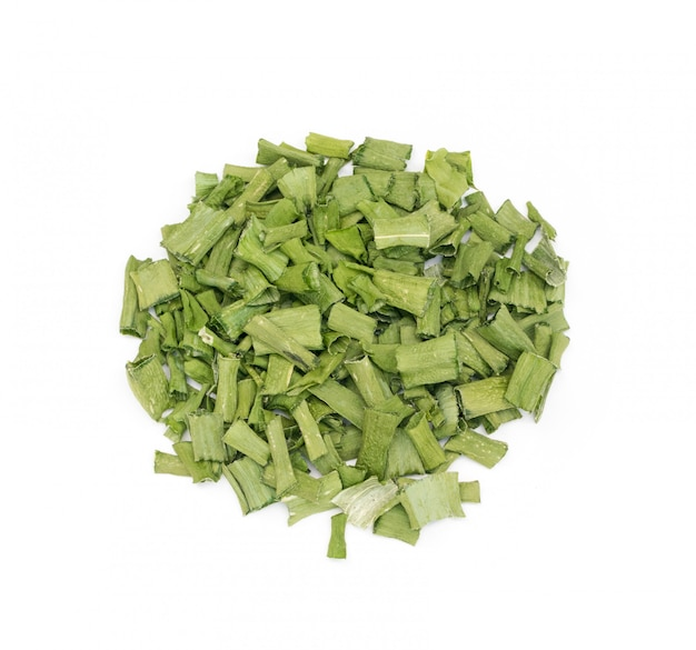 Ciboulette sèche ou oignon vert de printemps déshydraté isolé
