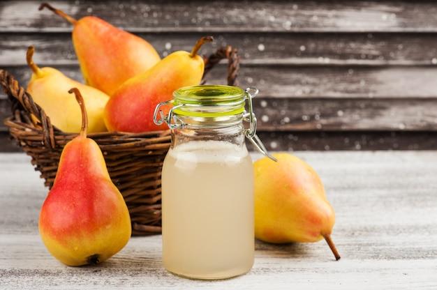 Cidre de poire fait maison et fruits