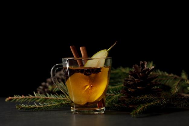 Cidre de poire sur la table de la cuisine du soir