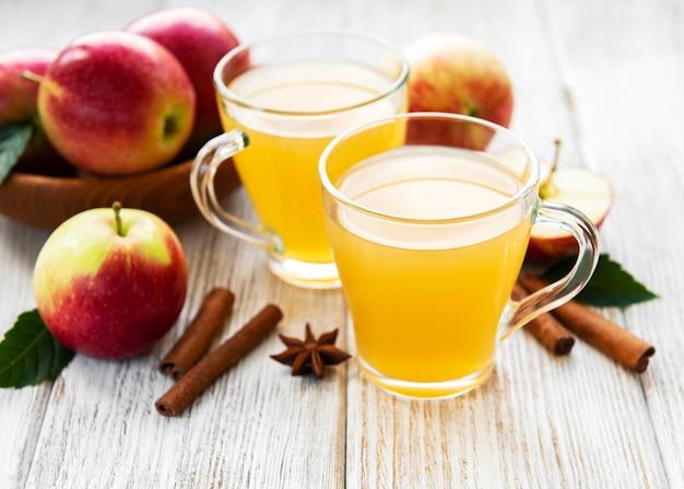 Cidre de pomme avec des bâtons de cannelle