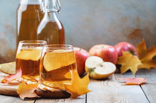 Cidre de pomme bio ou jus sur une table en bois