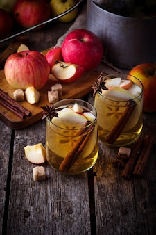 Cidre de pomme à la cannelle. mise au point sélective